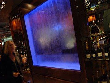 Водопад по стеклу в ресторане
